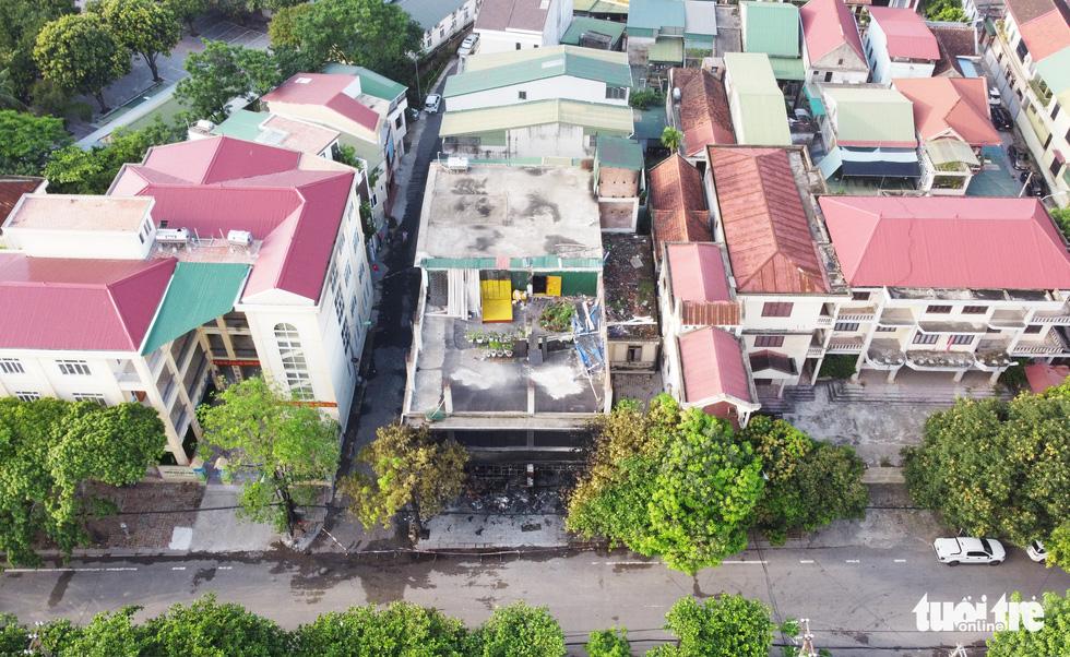 Hiện trường phòng trà tan hoang sau vụ cháy 6 người chết - Ảnh 3.