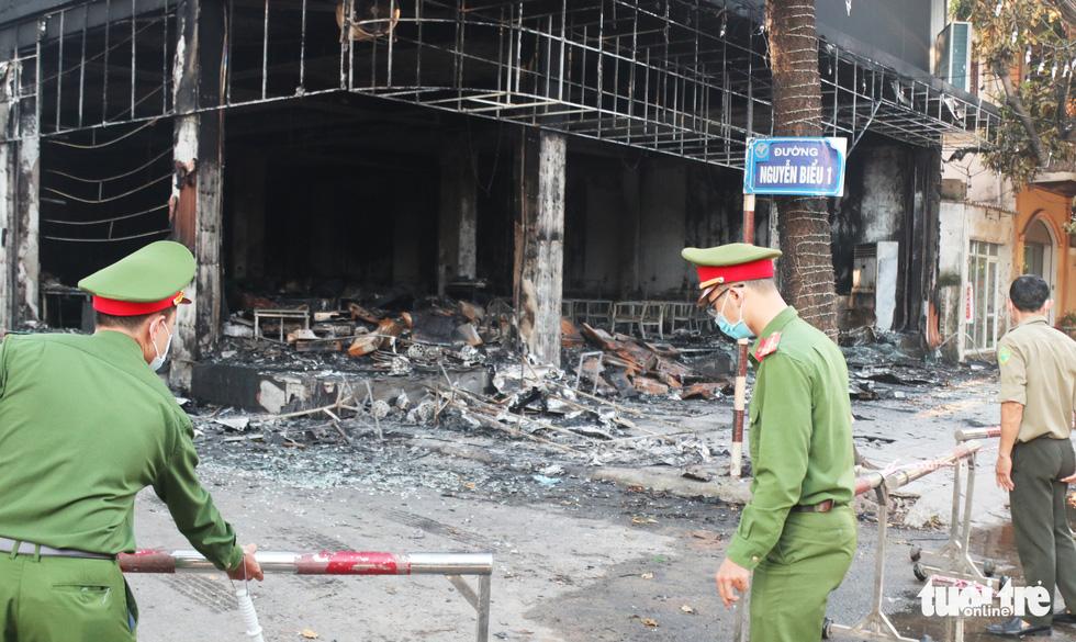 Hiện trường phòng trà tan hoang sau vụ cháy 6 người chết - Ảnh 12.