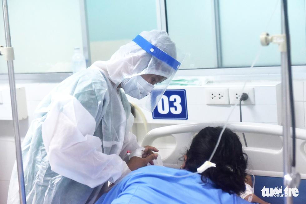 Vào nơi 'chia lửa' điều trị bệnh nhân COVID-19 ở Củ Chi - Ảnh 9.