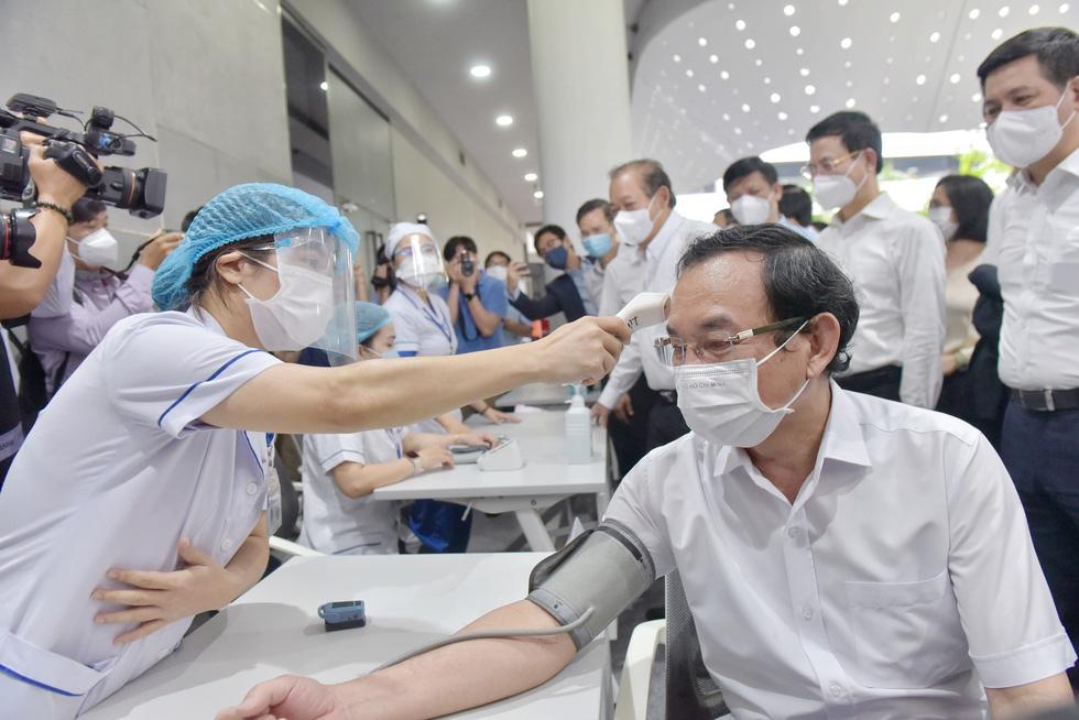 TP.HCM bắt đầu đợt tiêm chủng vắc xin COVID-19 quy mô lớn - Ảnh 2.