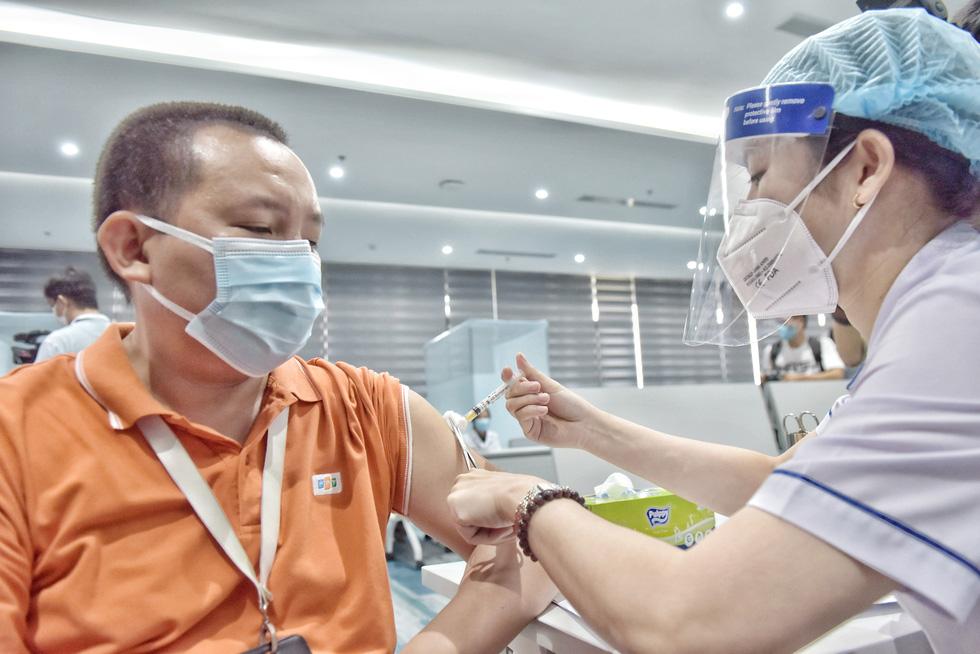 TP.HCM bắt đầu đợt tiêm chủng vắc xin COVID-19 quy mô lớn - Ảnh 6.