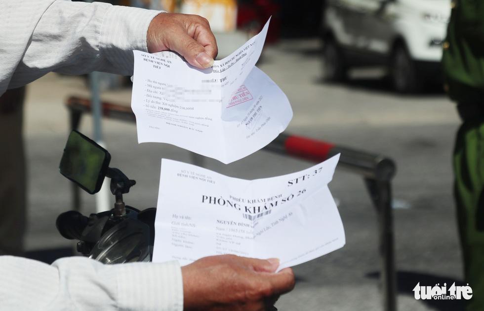 Chở hàng hóa vào thành phố Vinh, tài xế lo bị cách ly 21 ngày - Ảnh 8.
