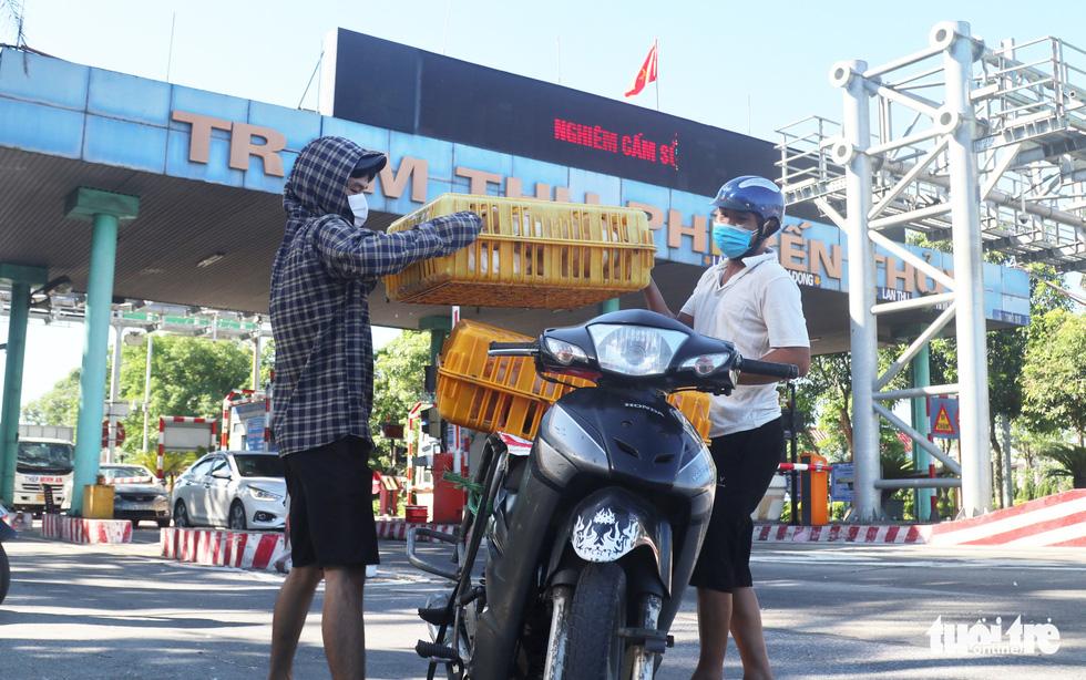 Chở hàng hóa vào thành phố Vinh, tài xế lo bị cách ly 21 ngày - Ảnh 6.