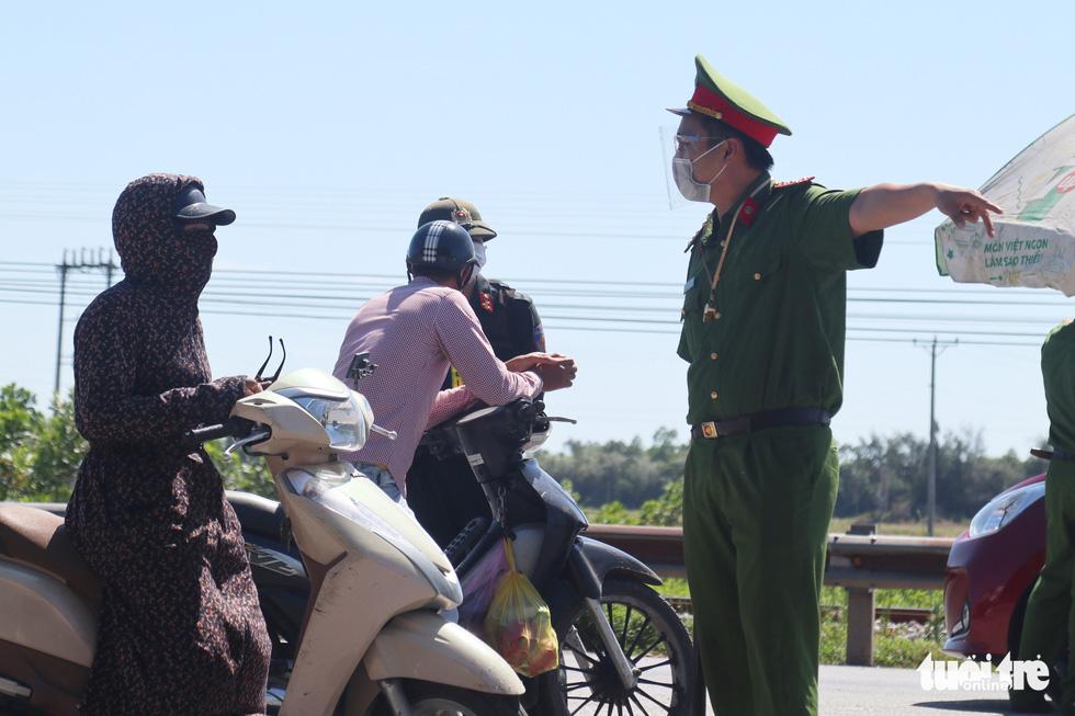 Chở hàng hóa vào thành phố Vinh, tài xế lo bị cách ly 21 ngày - Ảnh 9.