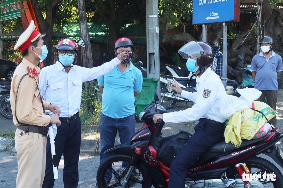 Chở hàng hóa vào thành phố Vinh, tài xế lo bị cách ly 21 ngày - Ảnh 4.