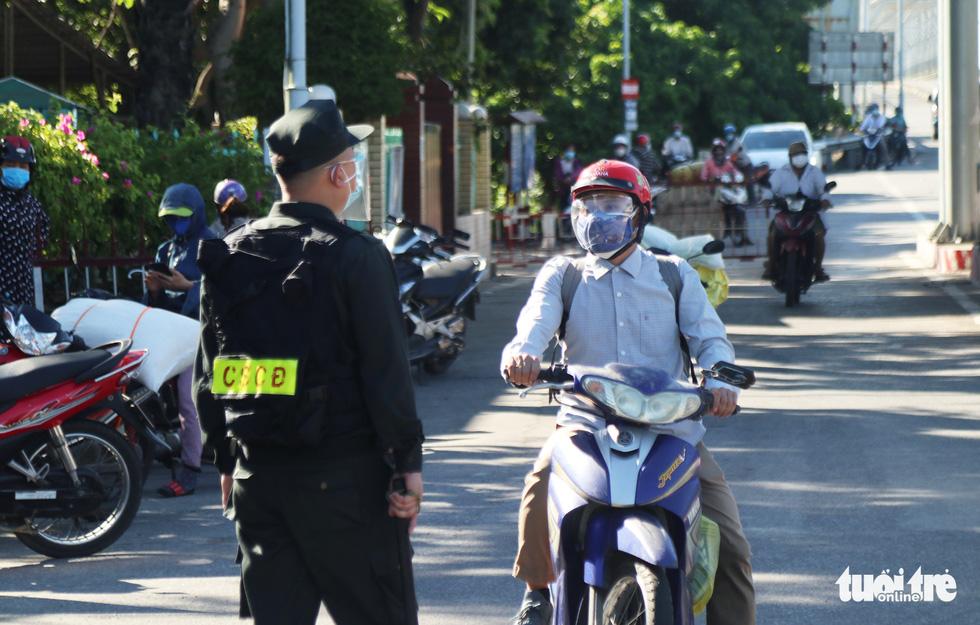 Chở hàng hóa vào thành phố Vinh, tài xế lo bị cách ly 21 ngày - Ảnh 3.