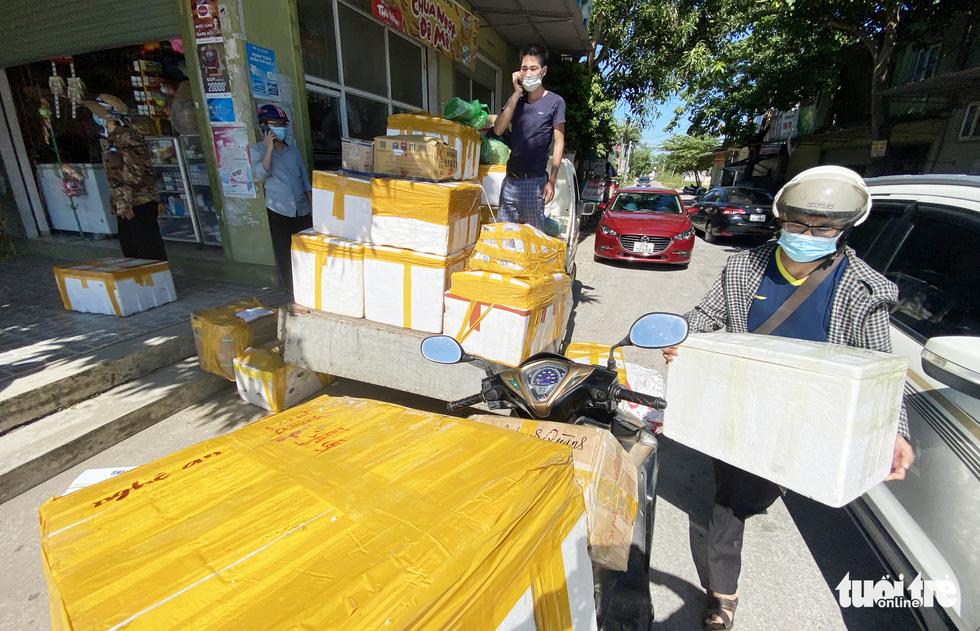 Chở hàng hóa vào thành phố Vinh, tài xế lo bị cách ly 21 ngày - Ảnh 1.
