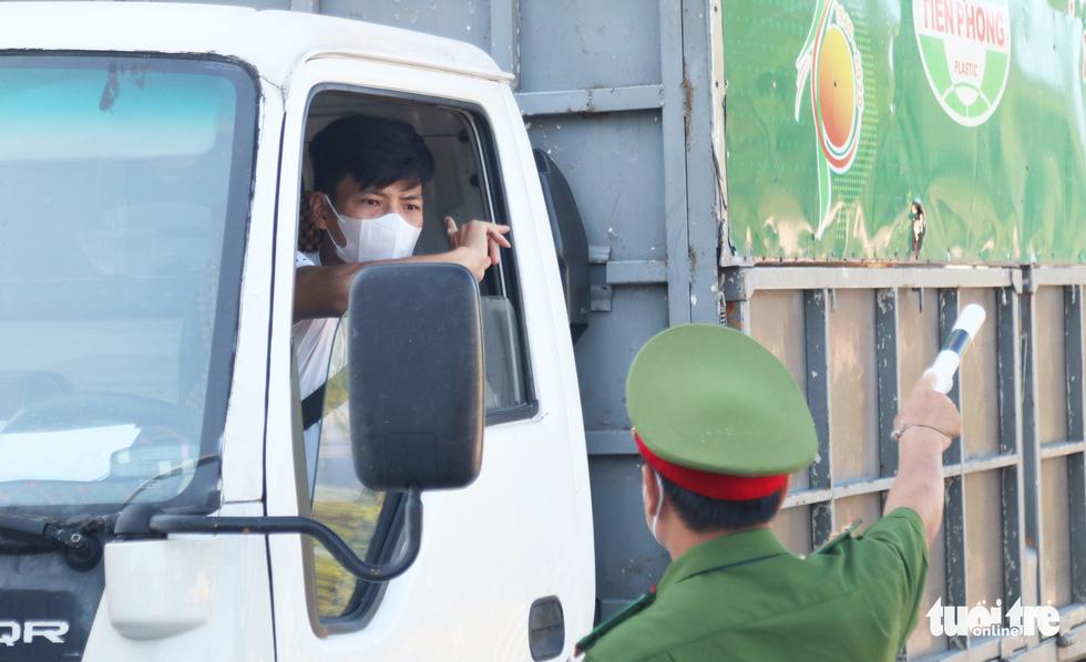 Chở hàng hóa vào thành phố Vinh, tài xế lo bị cách ly 21 ngày - Ảnh 7.