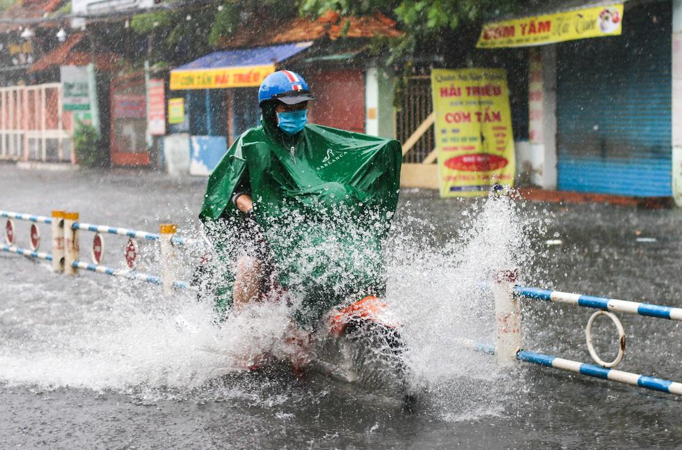 TP.HCM ngập sau mưa nặng hạt, rác nổi lềnh bềnh - Ảnh 5.