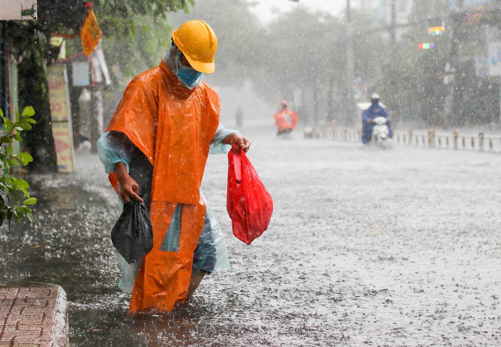 TP.HCM ngập sau mưa nặng hạt, rác nổi lềnh bềnh - Ảnh 1.