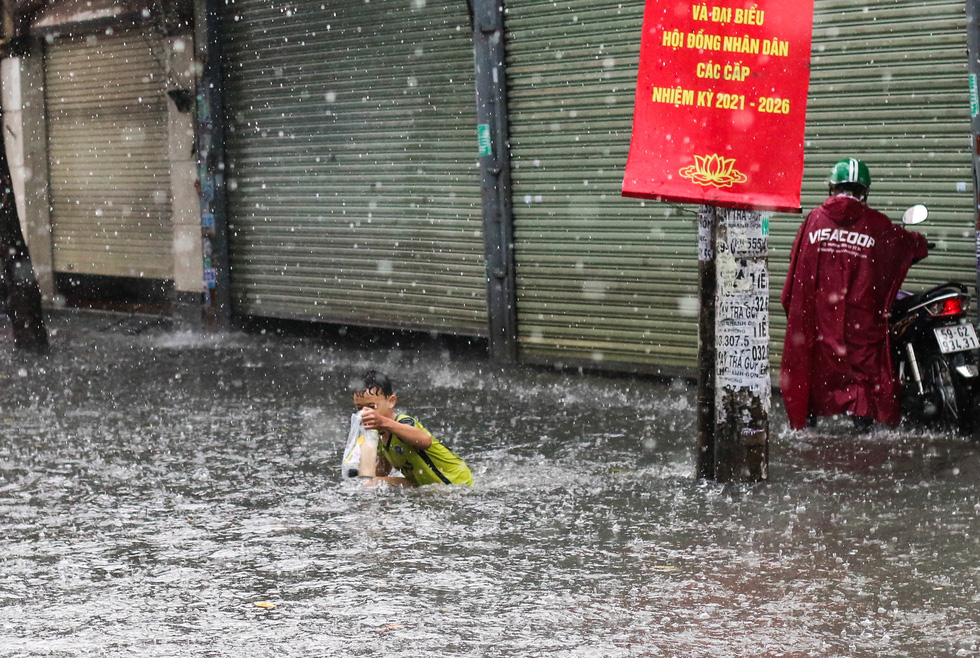 TP.HCM ngập sau mưa nặng hạt, rác nổi lềnh bềnh - Ảnh 7.