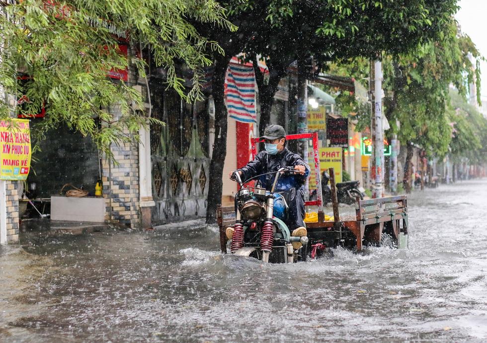 TP.HCM ngập sau mưa nặng hạt, rác nổi lềnh bềnh - Ảnh 6.