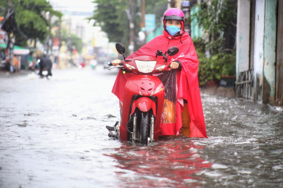 TP.HCM ngập sau mưa nặng hạt, rác nổi lềnh bềnh - Ảnh 4.