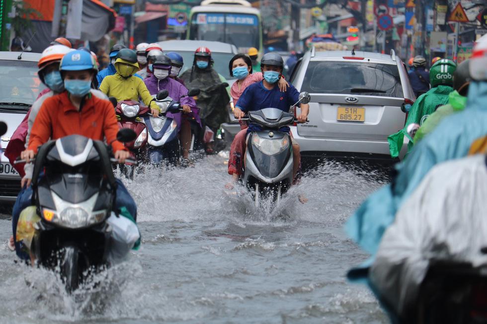 TP.HCM ngập sau mưa nặng hạt, rác nổi lềnh bềnh - Ảnh 3.