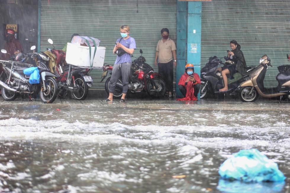 TP.HCM ngập sau mưa nặng hạt, rác nổi lềnh bềnh - Ảnh 2.