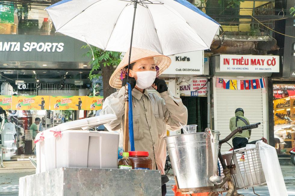 Nắng nóng như nung, người Hà Nội vẫn phơi mình mưu sinh - Ảnh 2.