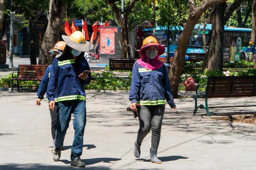 Nắng nóng như nung, người Hà Nội vẫn phơi mình mưu sinh - Ảnh 4.