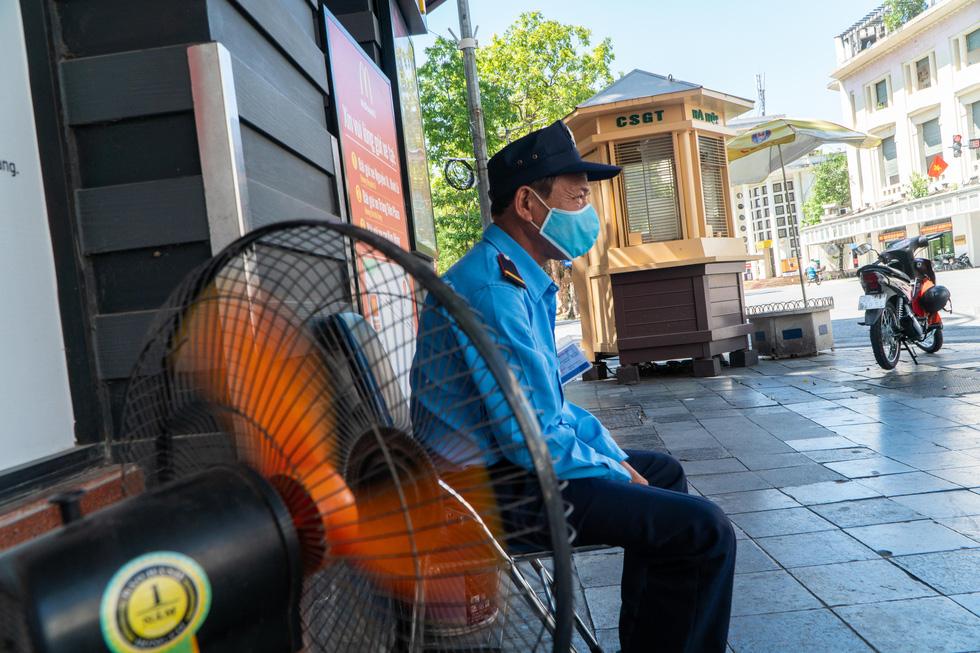 Nắng nóng như nung, người Hà Nội vẫn phơi mình mưu sinh - Ảnh 3.