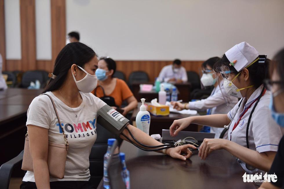 Hàng ngàn công nhân TP.HCM tiêm vắc xin COVID-19 trong ngày chủ nhật - Ảnh 6.