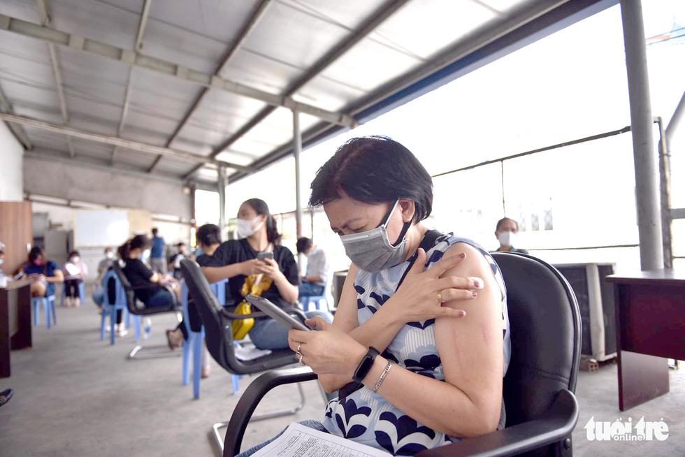 Hàng ngàn công nhân TP.HCM tiêm vắc xin COVID-19 trong ngày chủ nhật - Ảnh 9.