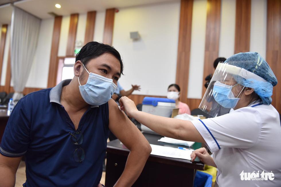 Hàng ngàn công nhân TP.HCM tiêm vắc xin COVID-19 trong ngày chủ nhật - Ảnh 1.