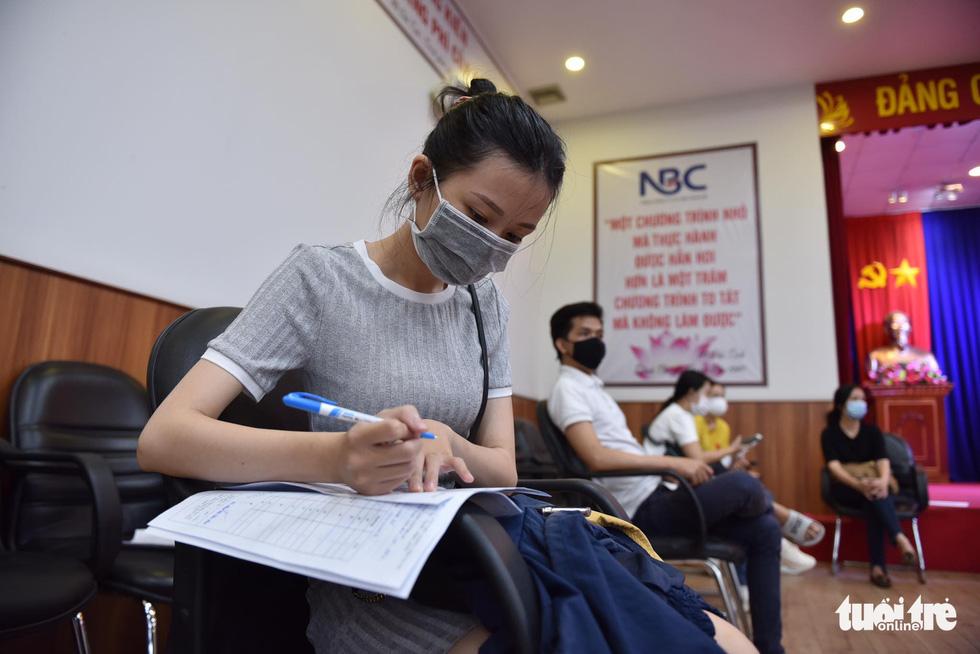 Hàng ngàn công nhân TP.HCM tiêm vắc xin COVID-19 trong ngày chủ nhật - Ảnh 4.