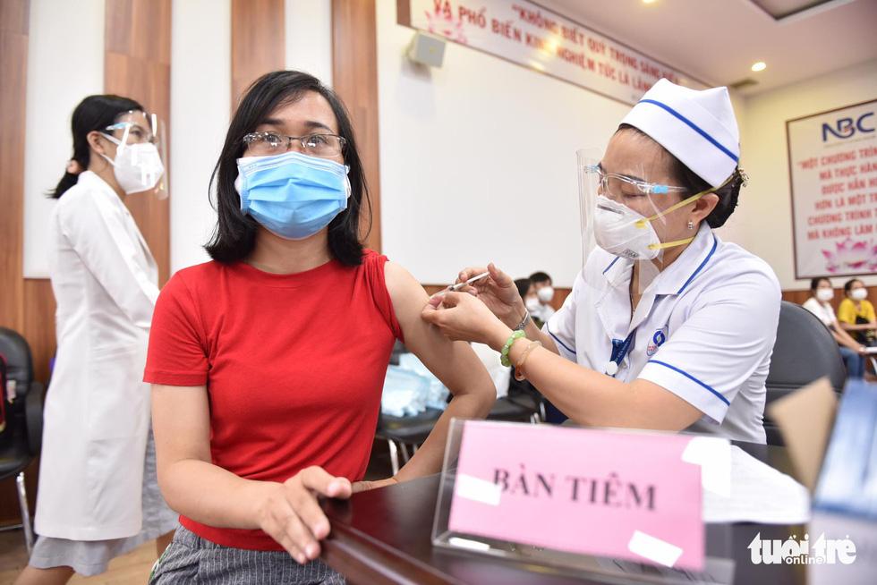 Hàng ngàn công nhân TP.HCM tiêm vắc xin COVID-19 trong ngày chủ nhật - Ảnh 7.
