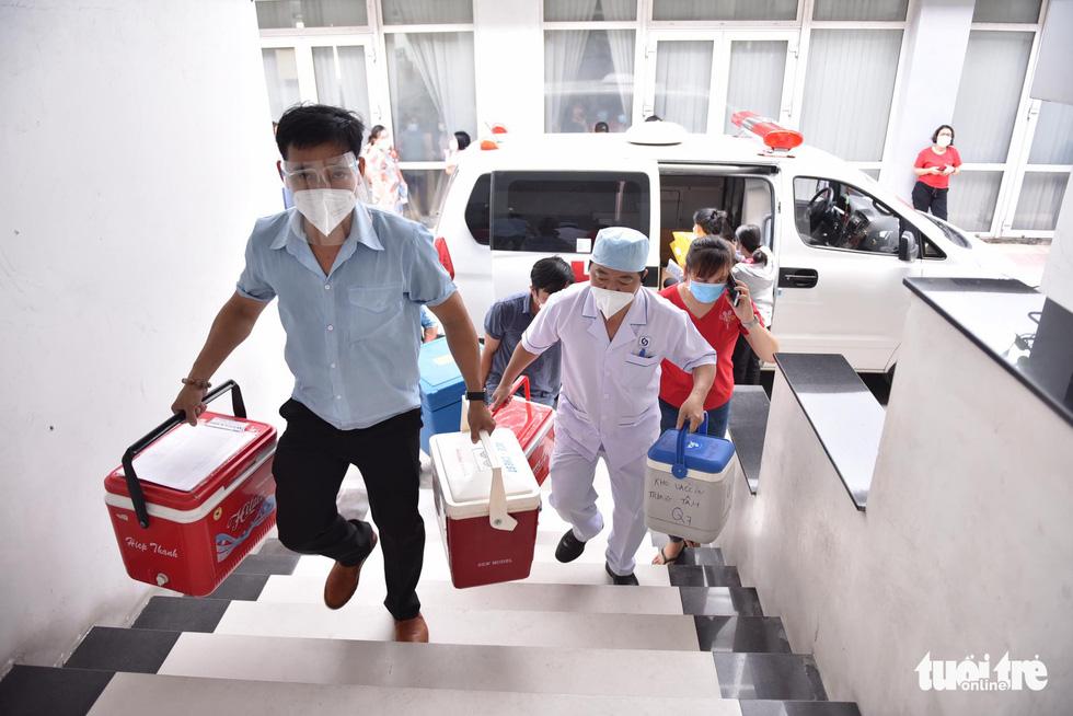 Hàng ngàn công nhân TP.HCM tiêm vắc xin COVID-19 trong ngày chủ nhật - Ảnh 3.