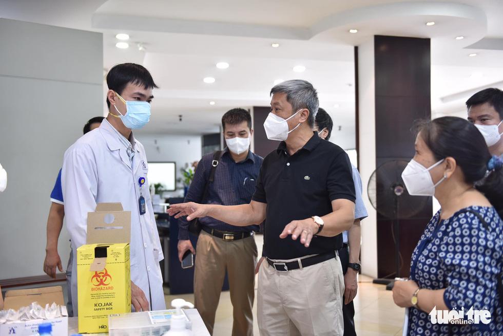 Hàng ngàn công nhân TP.HCM tiêm vắc xin COVID-19 trong ngày chủ nhật - Ảnh 2.