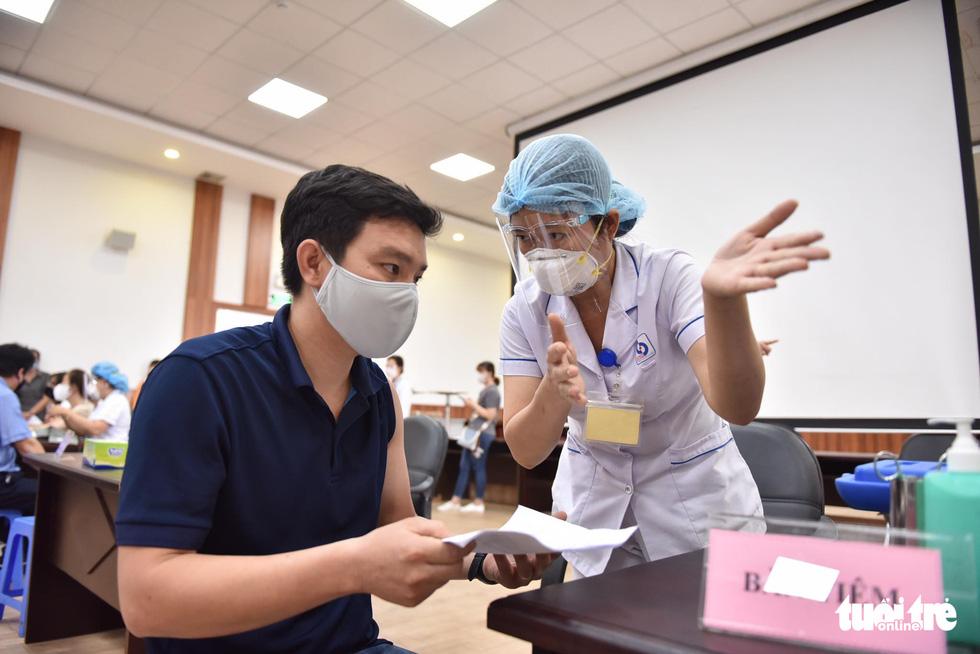 Hàng ngàn công nhân TP.HCM tiêm vắc xin COVID-19 trong ngày chủ nhật - Ảnh 5.