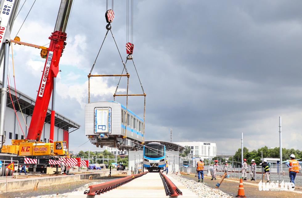 Đẩy nhanh lắp đặt đoàn tàu số 4 (tuyến metro 1) tại depot Long Bình vì trời trở mưa - Ảnh 1.