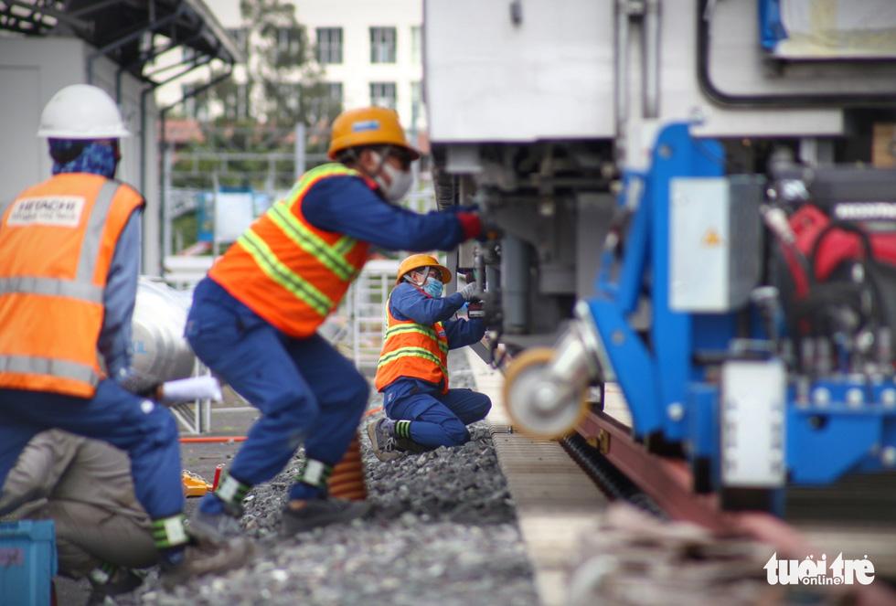 Đẩy nhanh lắp đặt đoàn tàu số 4 (tuyến metro 1) tại depot Long Bình vì trời trở mưa - Ảnh 4.