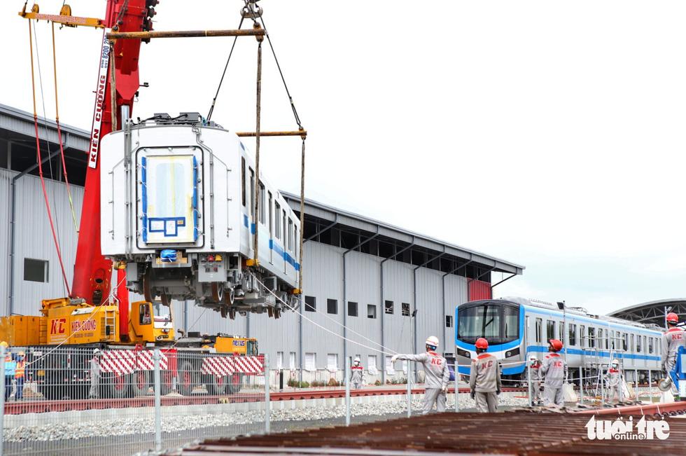 Đẩy nhanh lắp đặt đoàn tàu số 4 (tuyến metro 1) tại depot Long Bình vì trời trở mưa - Ảnh 5.