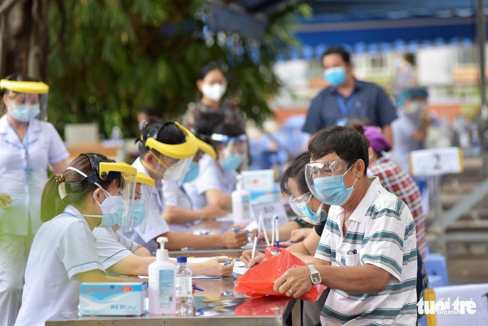 Người dân TP.HCM đi tiêm vắc xin ngừa COVID-19 - Ảnh 10.