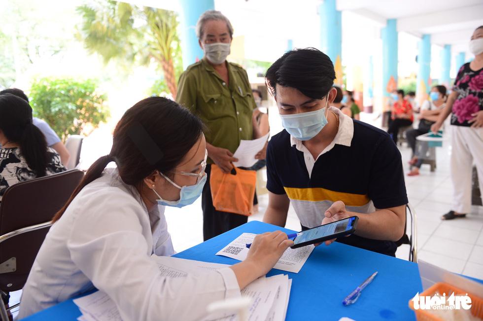 Người dân TP.HCM đi tiêm vắc xin ngừa COVID-19 - Ảnh 4.