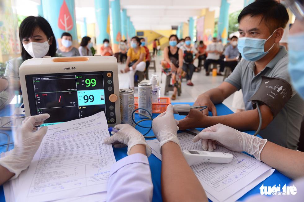 Người dân TP.HCM đi tiêm vắc xin ngừa COVID-19 - Ảnh 3.