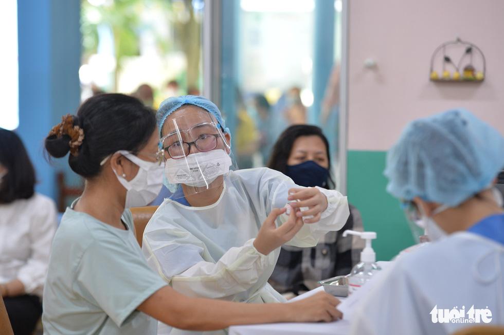 Người dân TP.HCM đi tiêm vắc xin ngừa COVID-19 - Ảnh 5.