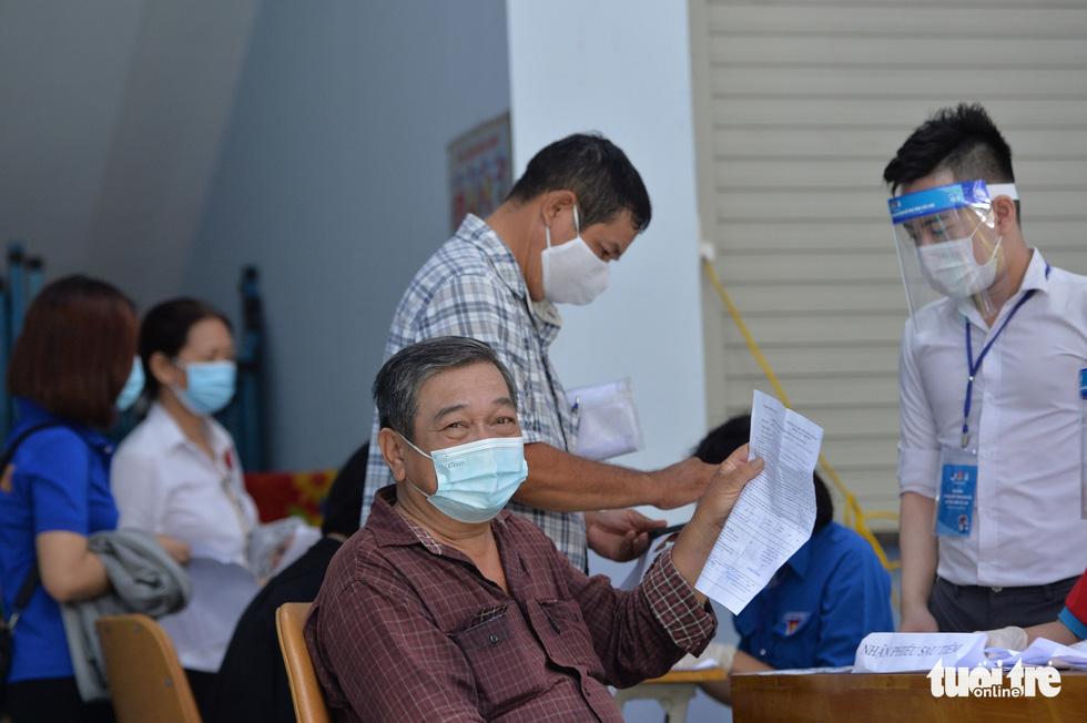 Người dân TP.HCM đi tiêm vắc xin ngừa COVID-19 - Ảnh 6.
