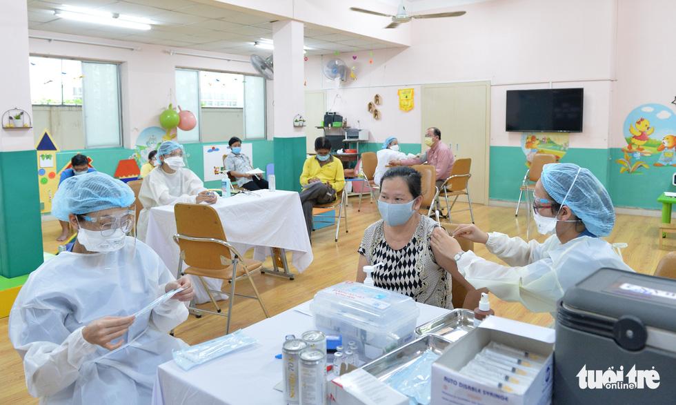 Người dân TP.HCM đi tiêm vắc xin ngừa COVID-19 - Ảnh 8.
