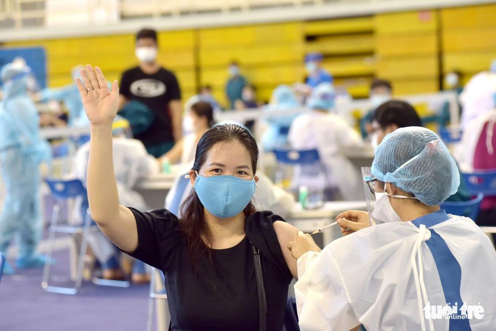 Một điểm tiêm vắc xin làm việc xuyên trưa tiêm cho 9.200 người trong ngày - Ảnh 1.