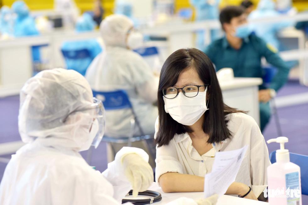 Một điểm tiêm vắc xin làm việc xuyên trưa tiêm cho 9.200 người trong ngày - Ảnh 7.