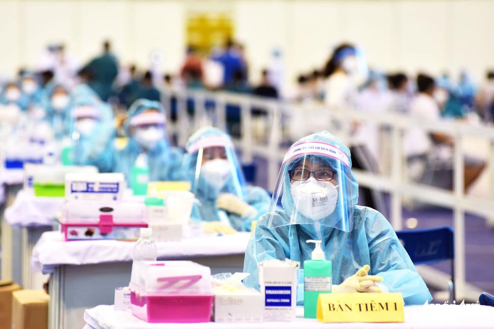 Một điểm tiêm vắc xin làm việc xuyên trưa tiêm cho 9.200 người trong ngày - Ảnh 3.