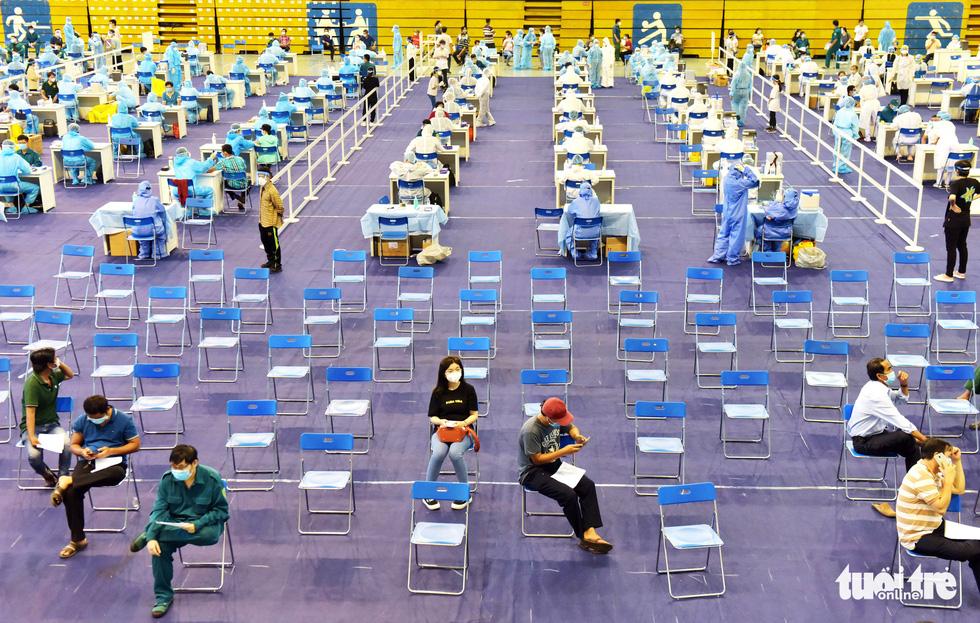 Một điểm tiêm vắc xin làm việc xuyên trưa tiêm cho 9.200 người trong ngày - Ảnh 8.