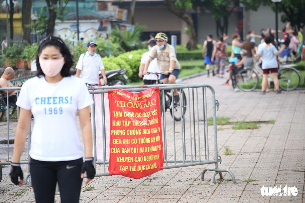 Dân Hà Nội đổ ra đường, đến công viên hít thở khí trời sau nhiều ngày giãn cách - Ảnh 2.