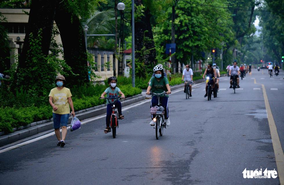 Dân Hà Nội đổ ra đường, đến công viên hít thở khí trời sau nhiều ngày giãn cách - Ảnh 4.