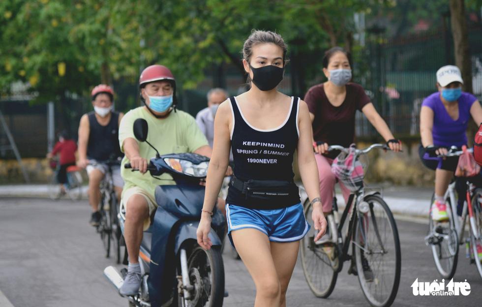 Dân Hà Nội đổ ra đường, đến công viên hít thở khí trời sau nhiều ngày giãn cách - Ảnh 1.