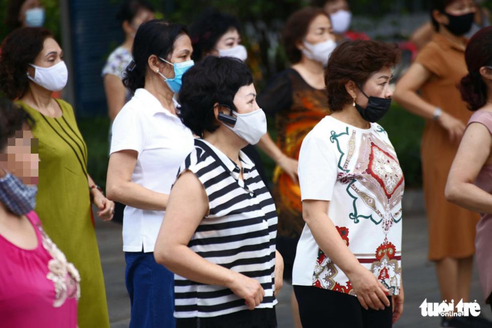 Dân Hà Nội đổ ra đường, đến công viên hít thở khí trời sau nhiều ngày giãn cách - Ảnh 5.