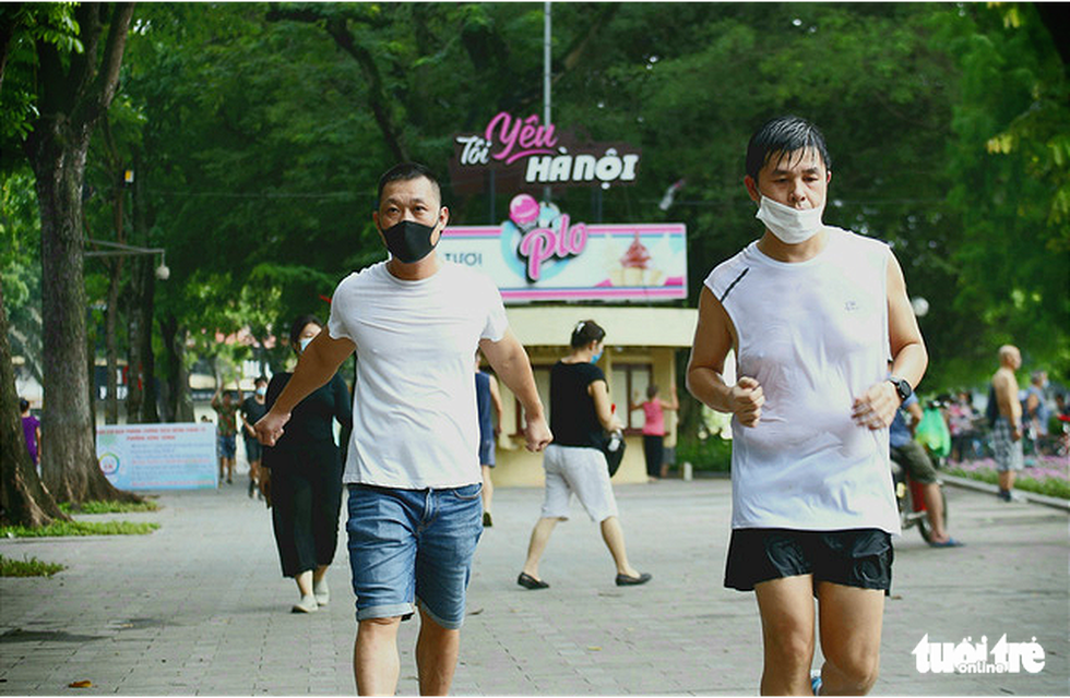 Dân Hà Nội đổ ra đường, đến công viên hít thở khí trời sau nhiều ngày giãn cách - Ảnh 3.