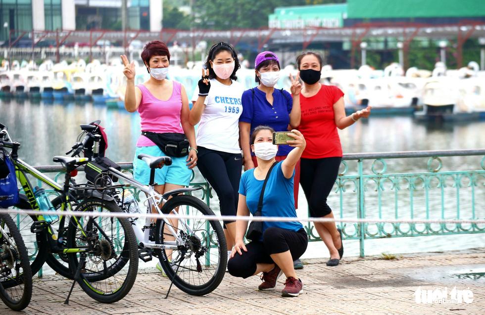 Dân Hà Nội đổ ra đường, đến công viên hít thở khí trời sau nhiều ngày giãn cách - Ảnh 7.