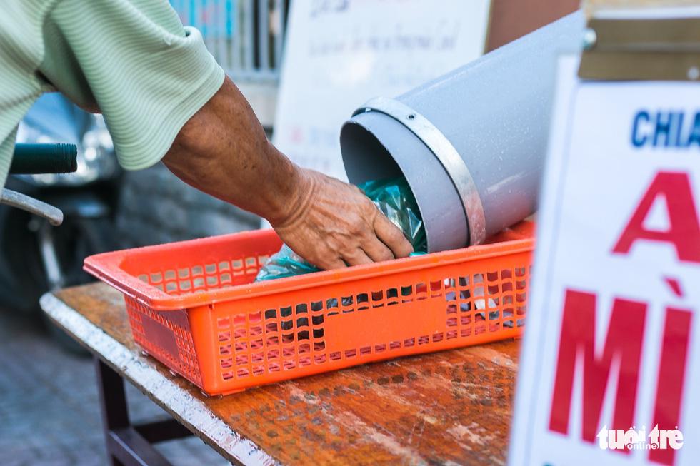 ATM lướt ống hỗ trợ người nghèo - Ảnh 5.